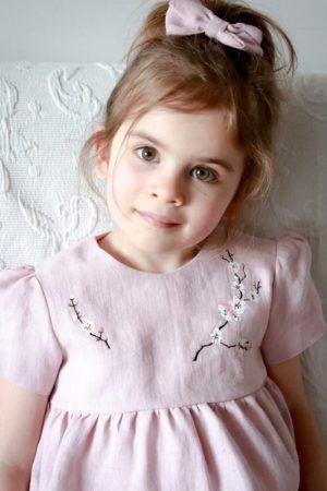 blado-rozowa-subtelna-delikatna-dziewczeca-haftowana-klasyczna-elegancka-sukienka-dla-dziewczynki-ksiezniczki-naprezent-na-lato-na-okazje-lilen