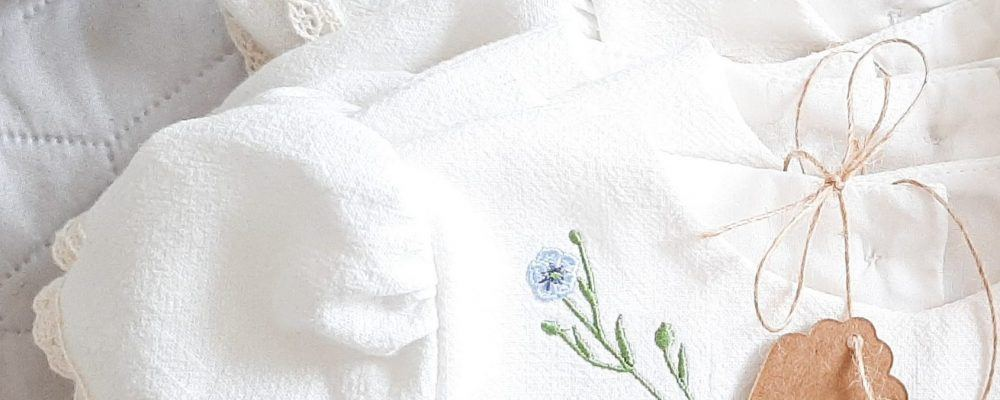 oryginalna-sukienka-na-chrzest-babyshower-z-naturalnych-materialow-z-motywem-roslinnym-handmade-lilen