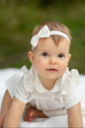 sukienka-dla-niemowlaka-smietankowo-biala-smietankowa-z-falbankami-i-kolnierzykiem-bebe-opaska-na-glowe-dla-dziecka-z-biala-kokarda-od-polskiej-marki-lilen