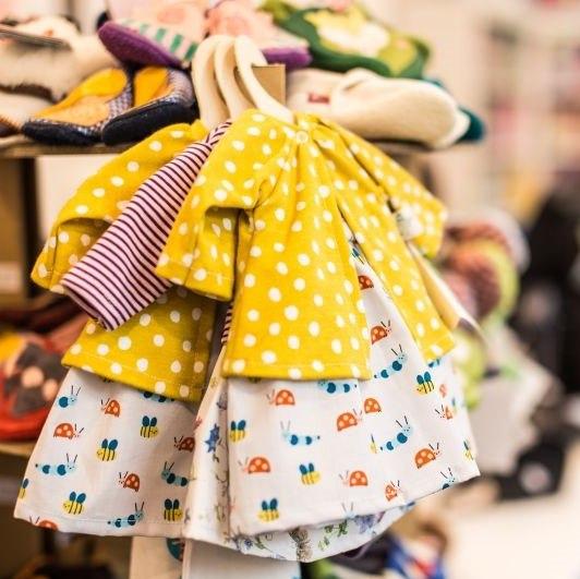 ubranka-dzieciece-h&m-poliester-w-ubrankach-dla-dzieci-czego-unikac-dobrej-jakosci-zolta-sukieneczka-plaszczyk-dla-dziewczynki-lilen