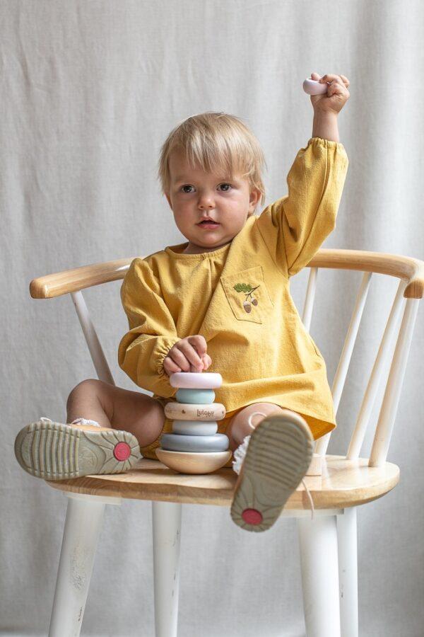 bluzka-dla-dziewczynki-zolta-musztardowa-jesienna-z-dlugim-rekawem-drewniana-piramidka-dla-dzieci-emel-krzeslo-prl-lilen