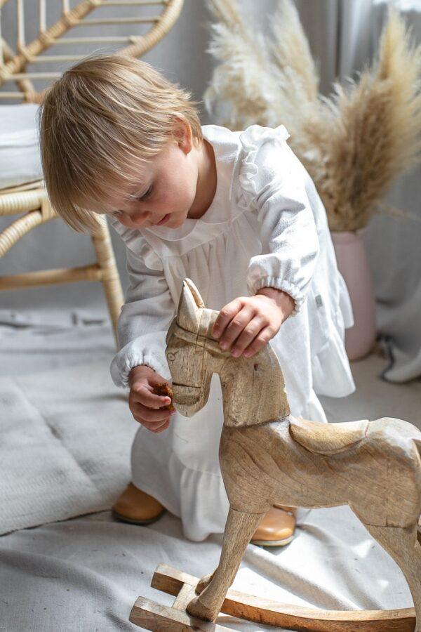 ekskluzywna-sukienka-dla-dziewczynki-na-chrzest-z-dlugim-rekawem-biala-ecru-w-stylu-boho-drewniany-konik-buciki-emel-fotel-bohoswing-boho-swing-naturalne-dziecko-naturalne-sukienki-lilen