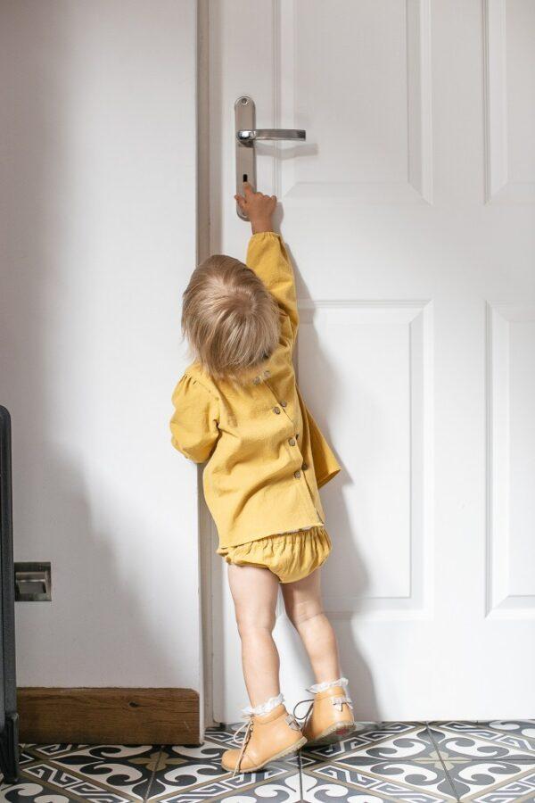 zolta-bluzeczka-niemowleca-z-dlugim-rekawem-rosnie-z-dzieckiem-slaska-prohibicja-na-jesien-biale-drzwi-buciki-emel-dla-dziewczynki-lilen