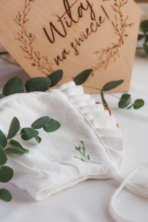 haftowana-czapeczka-niemowleca-lilen